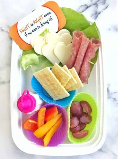 Healthy School Lunch Ideas to make packing lunch boxes simple. Ideas for healthy foods that kids will actually eat and not end up in the garbage.