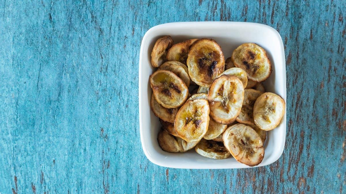 air fryer banana chips in bowl